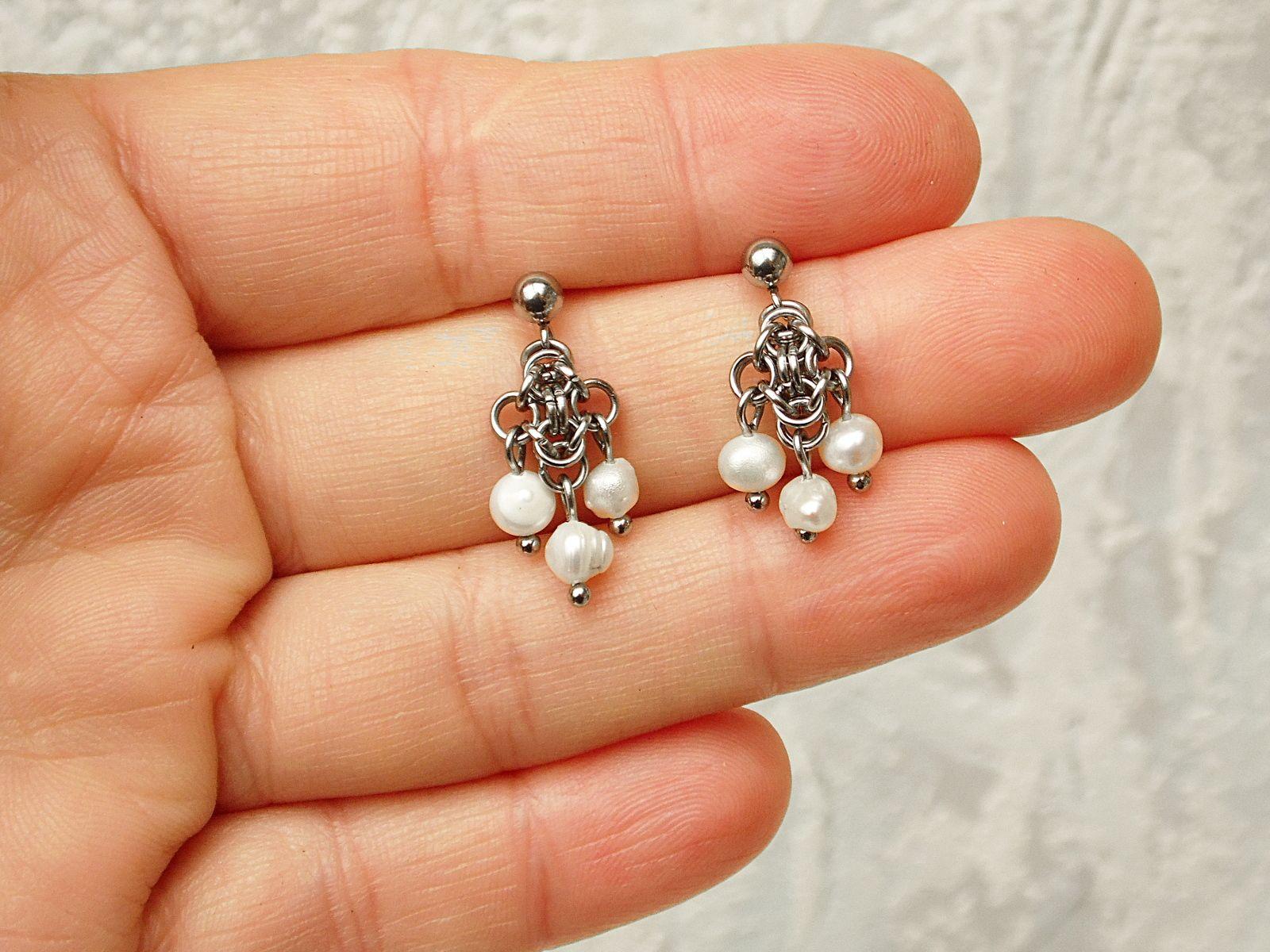 Kolczyki chainmaille z perełkami