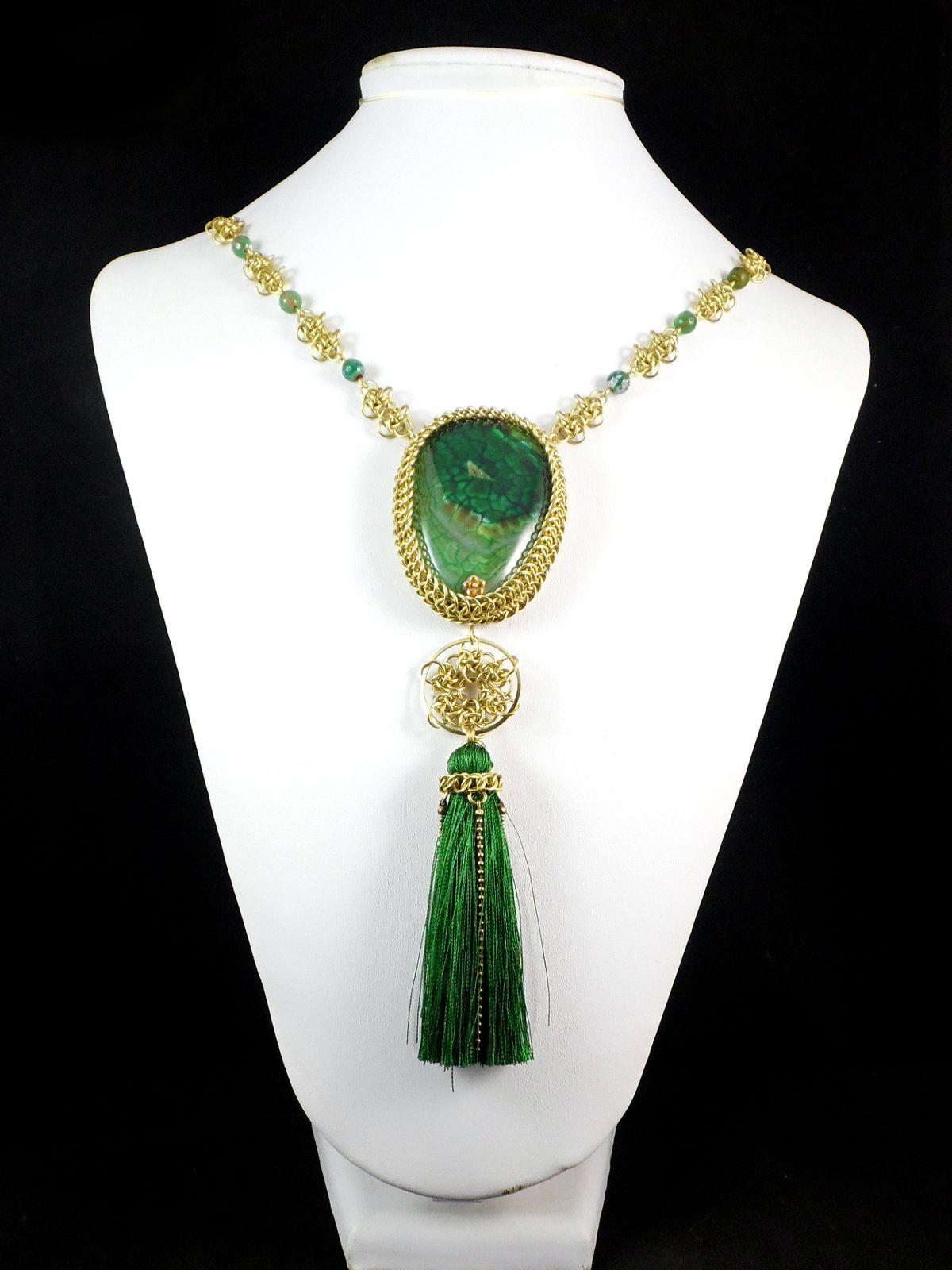 Mosiężny naszyjnik chainmaille z zielonymi agatami i chwostem