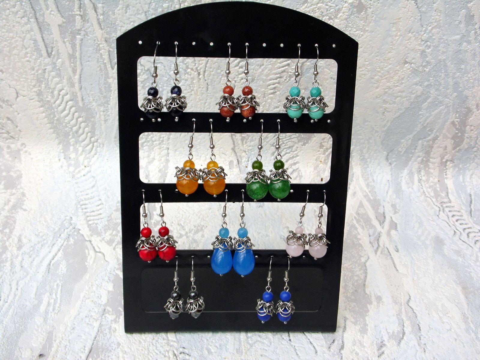 Kolczyki chainmaille na stojaku