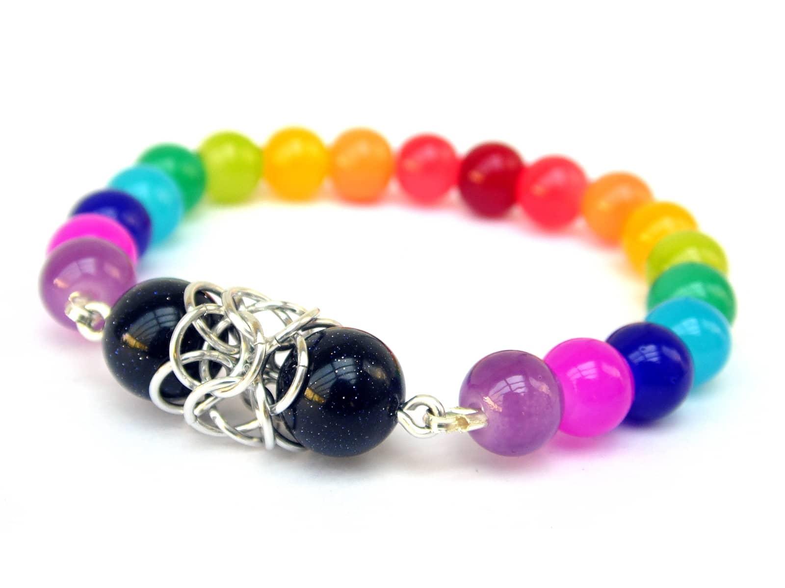 Bransoletka na gumce z kolorowych kwarców z elementem chainmaille