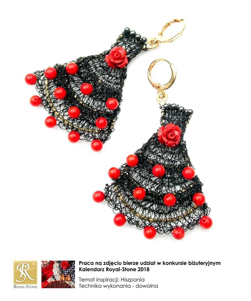 Kolczyki wyszydełkowane z czarnego drucika z koralami przedstawiające sukienki tancerek flamenco