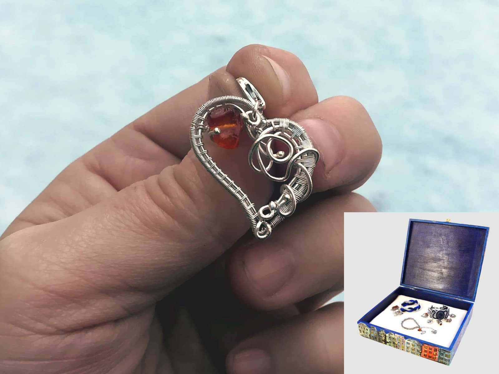 Srebrny charms do bransoletki - serduszko wire wrapping z bursztynkiem