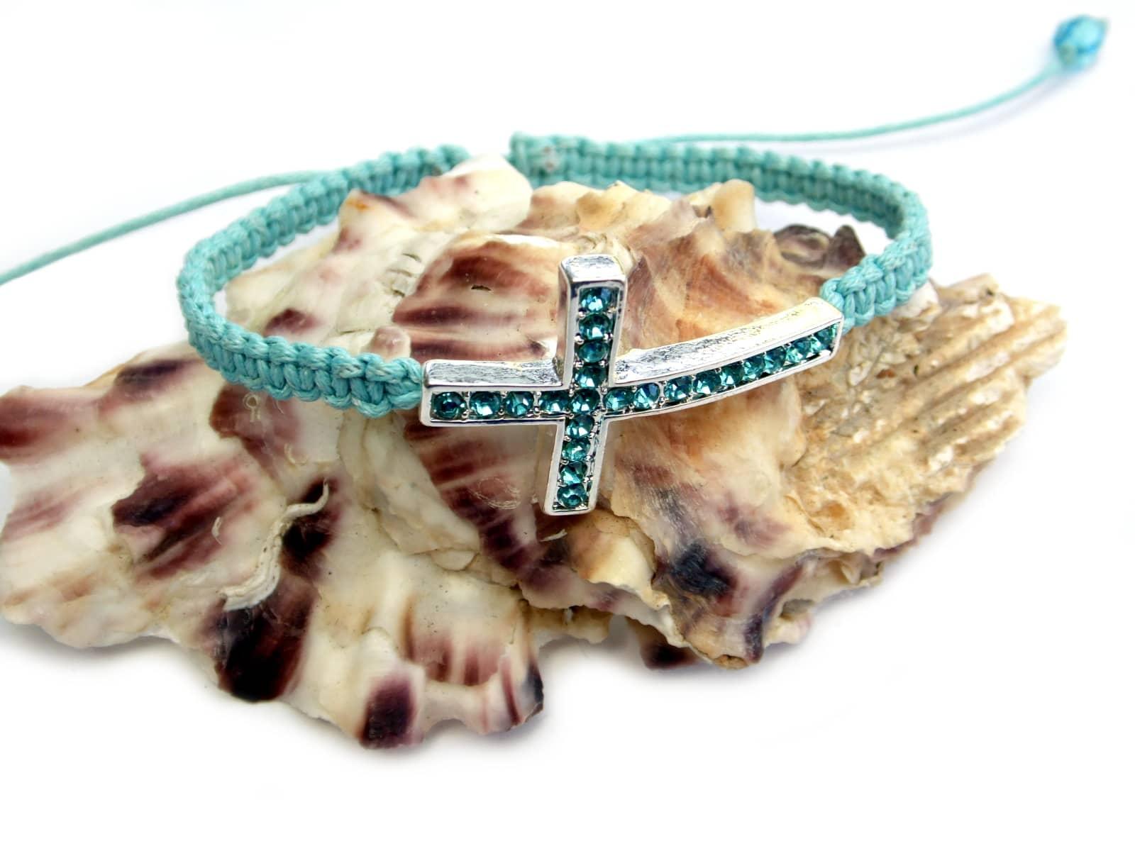 Błękitna bransoletka makramowa z cyrkoniowym krzyżem