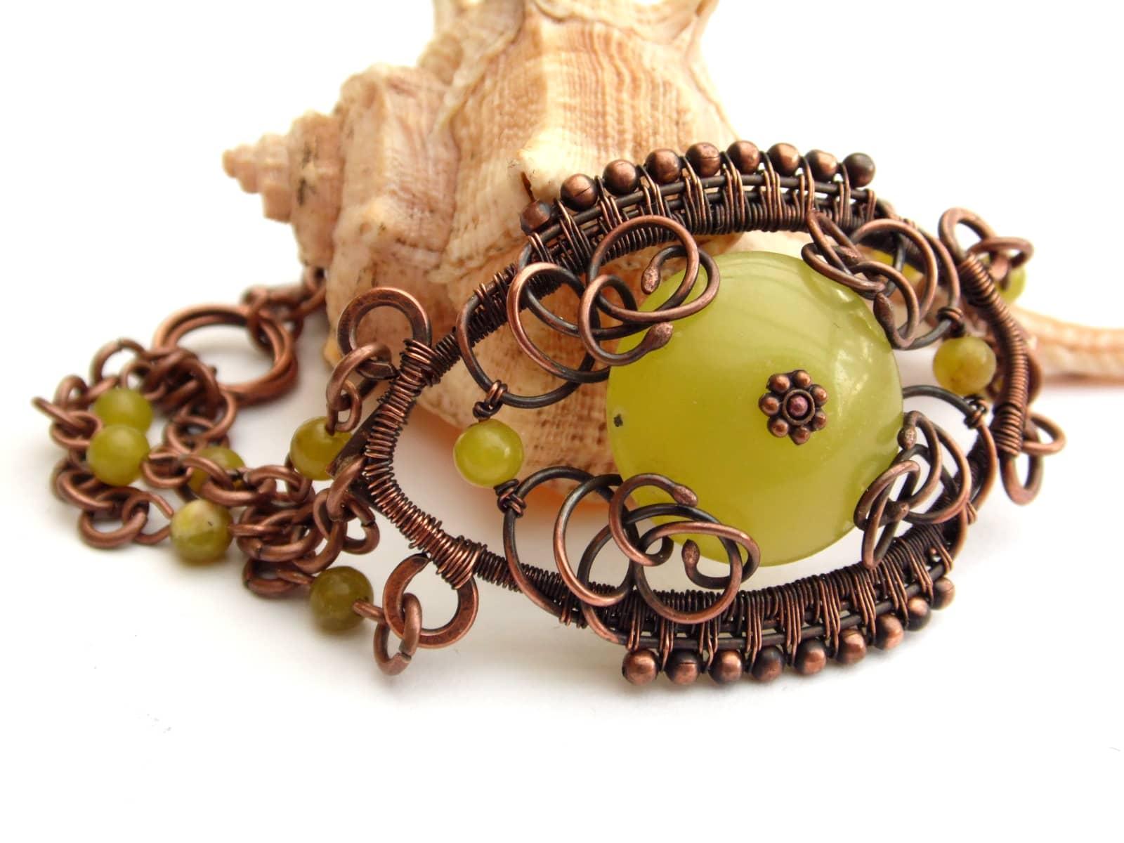 Bransoletka wire wrapping z miedzi z oliwkowym jadeitem