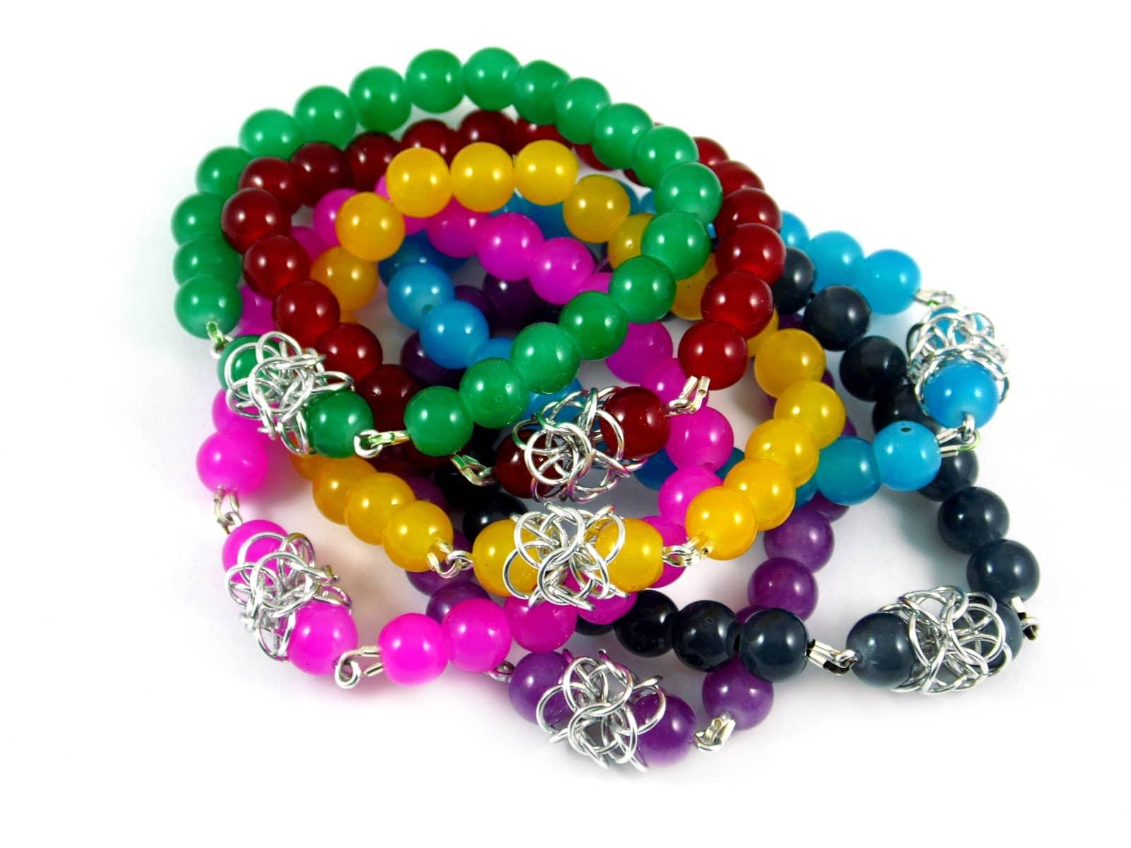 Kolorowe bransoletkina gumce z elementami chainmaille