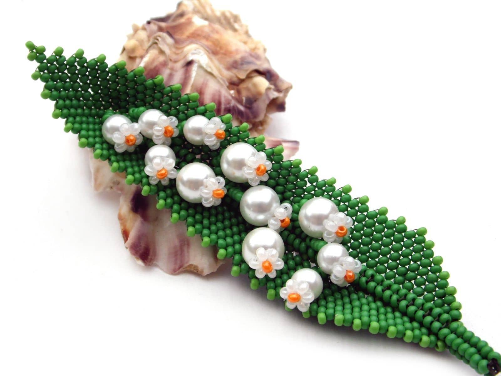 Koralikowa broszka konwalie