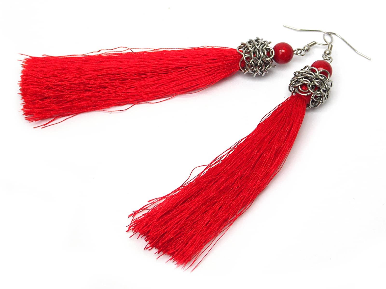 Długie kolczyki chainmaille z czerwonymi chwostami