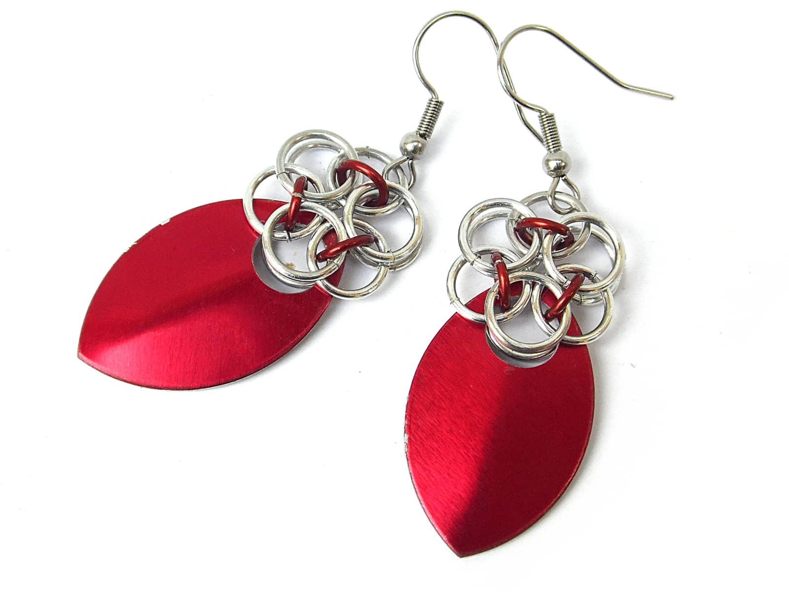 Kolczyki chainmaille kwiatki z czerwoną łuską