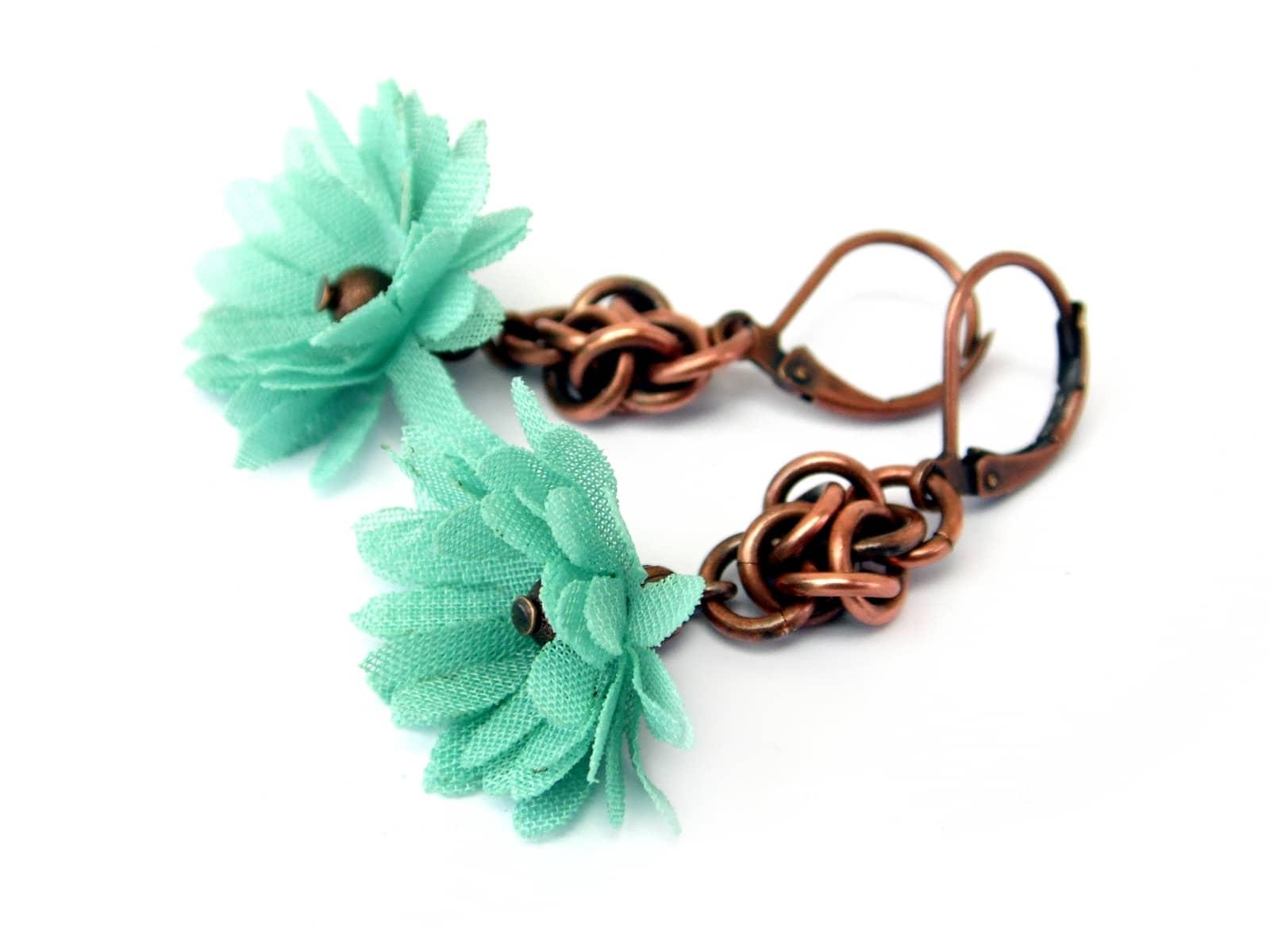 Miedziane kolczyki chainmaille z miętowym kwiatkiem