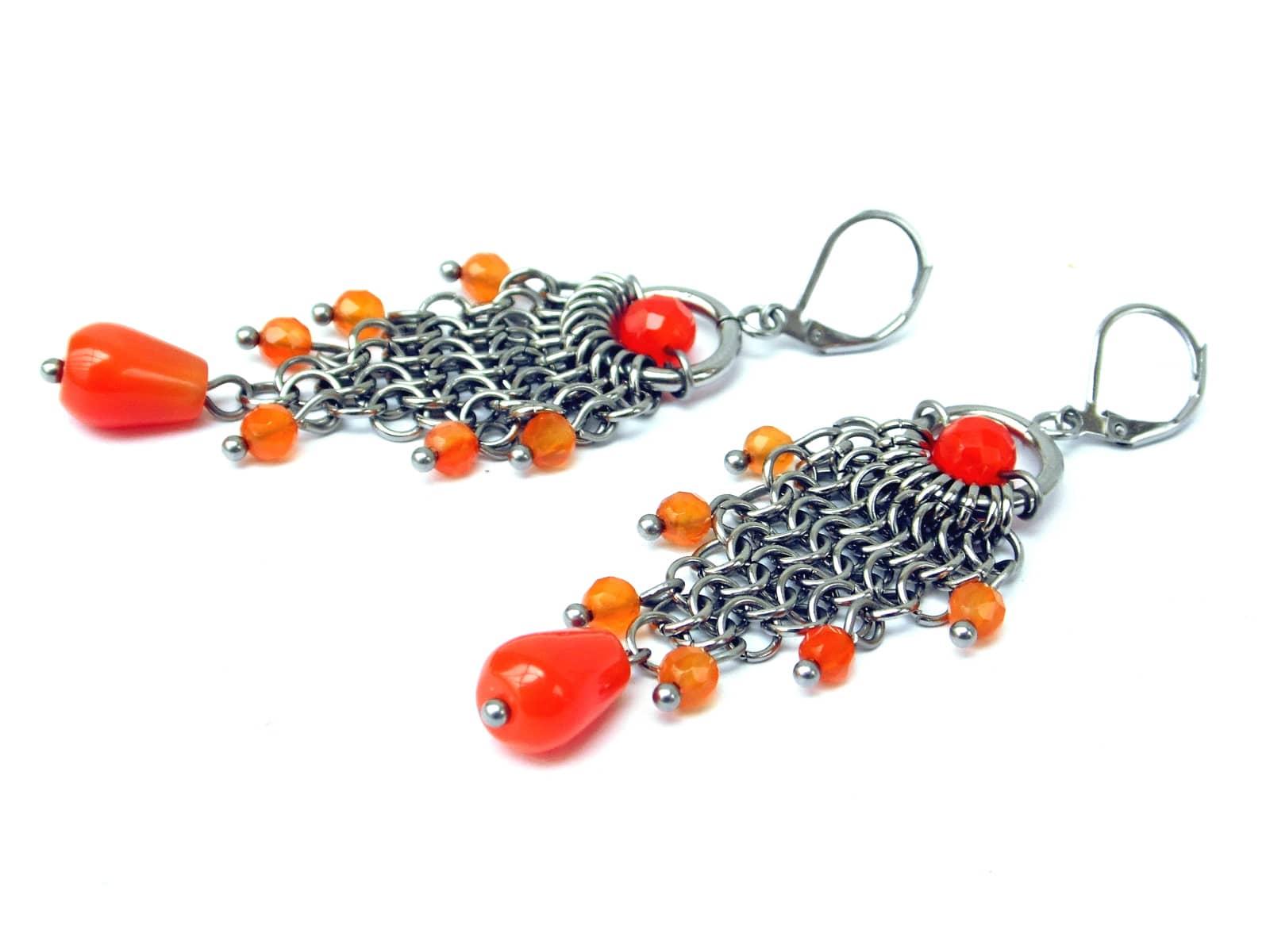Długie kolczyki chainmaille ze stali z pomarańczowymi agatami brazylijskimi