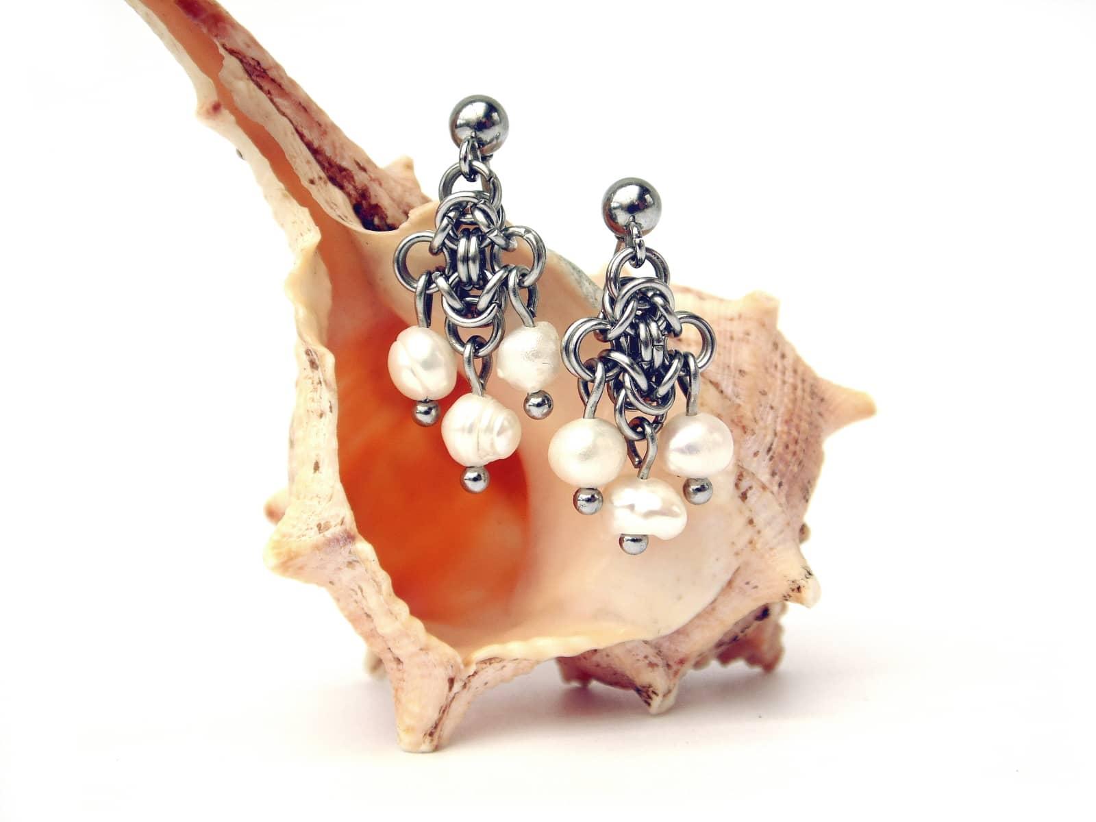 Kolczyki chainmaille ze stali z perełkami