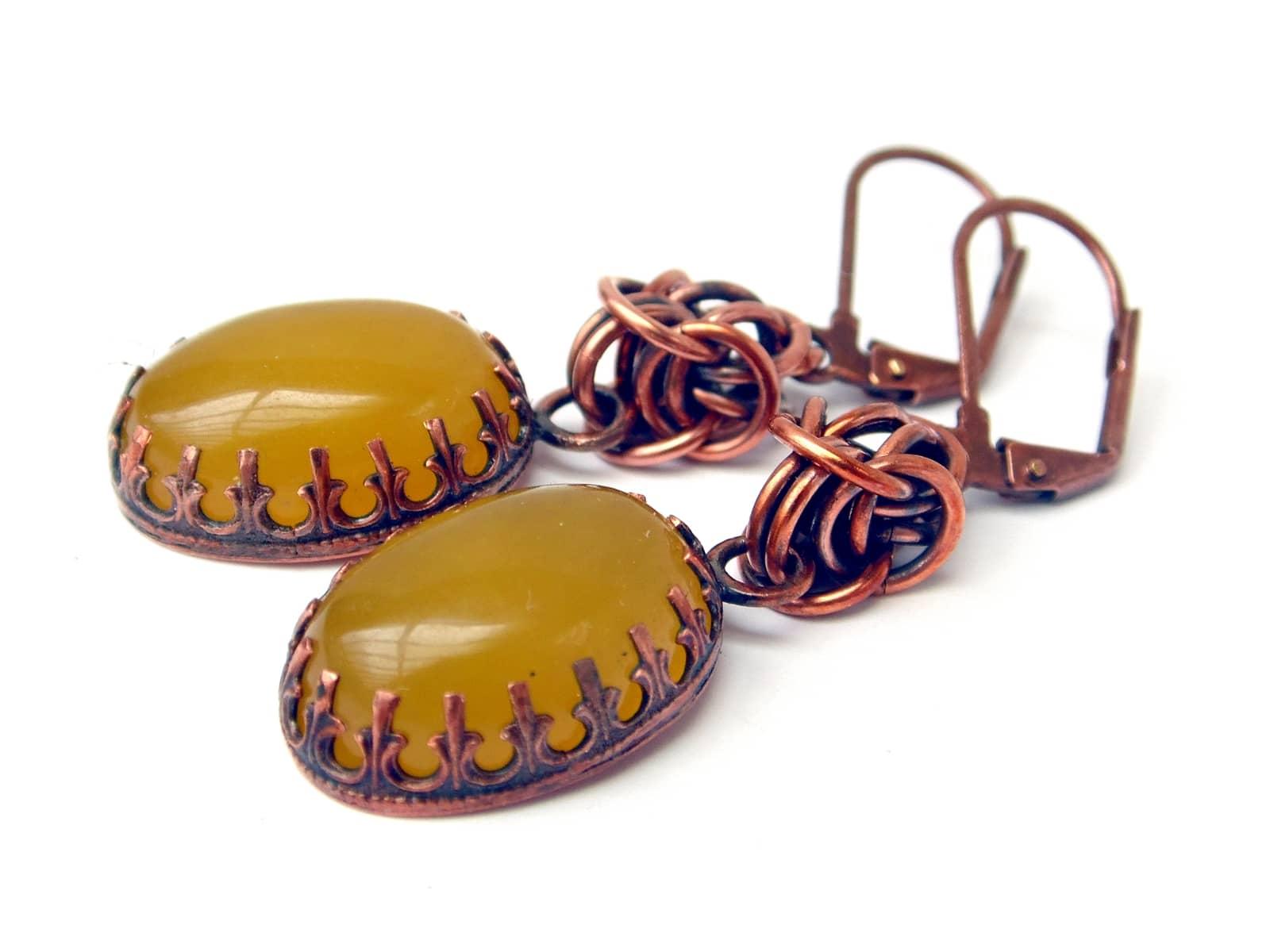 Kolczyki miedziane chainmaille z tradycyjnie oprawionymi żółtymi agatami brazylijskimi