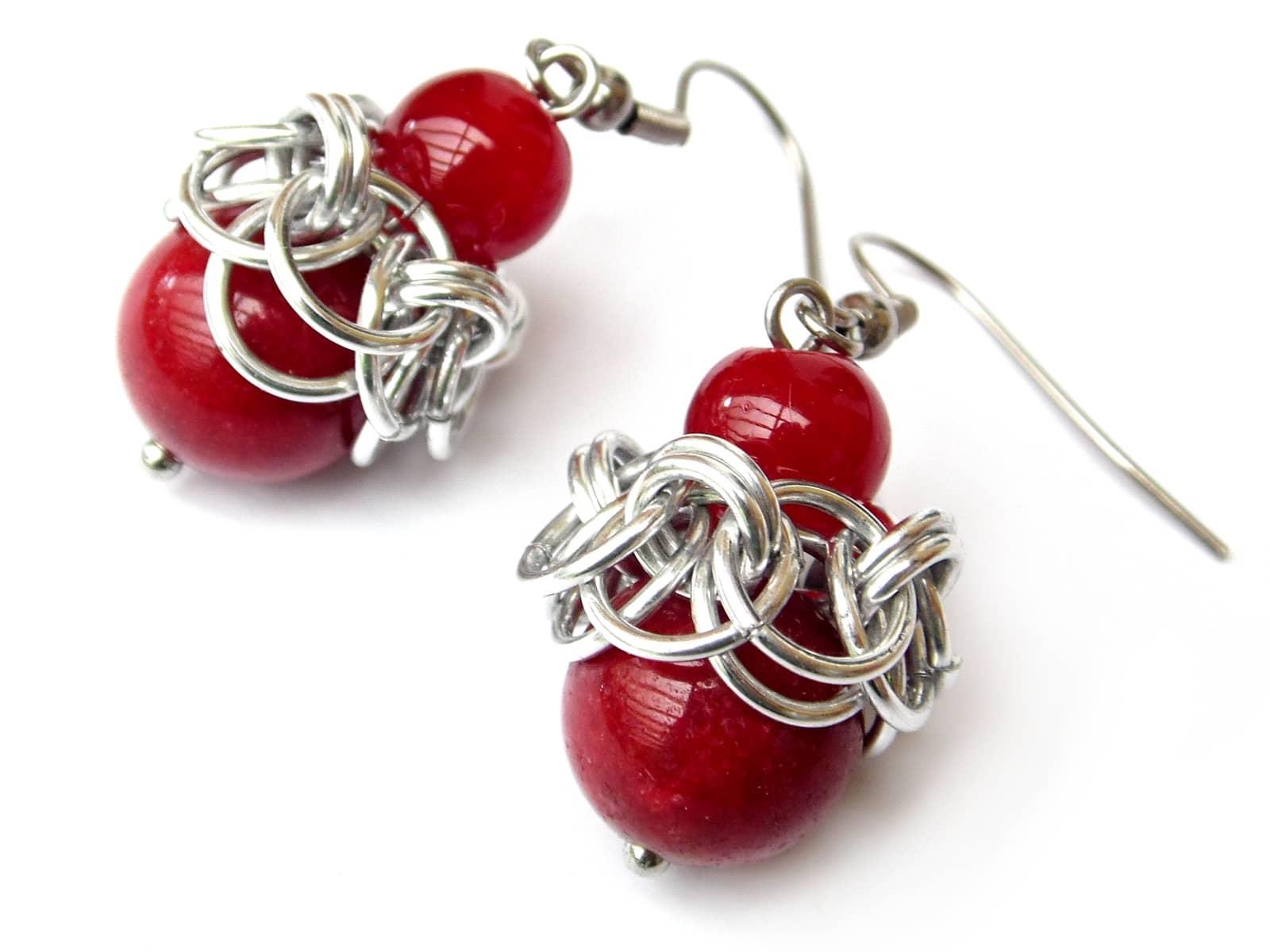 Kolczyki chainmaille z czerwonymi jadeitami