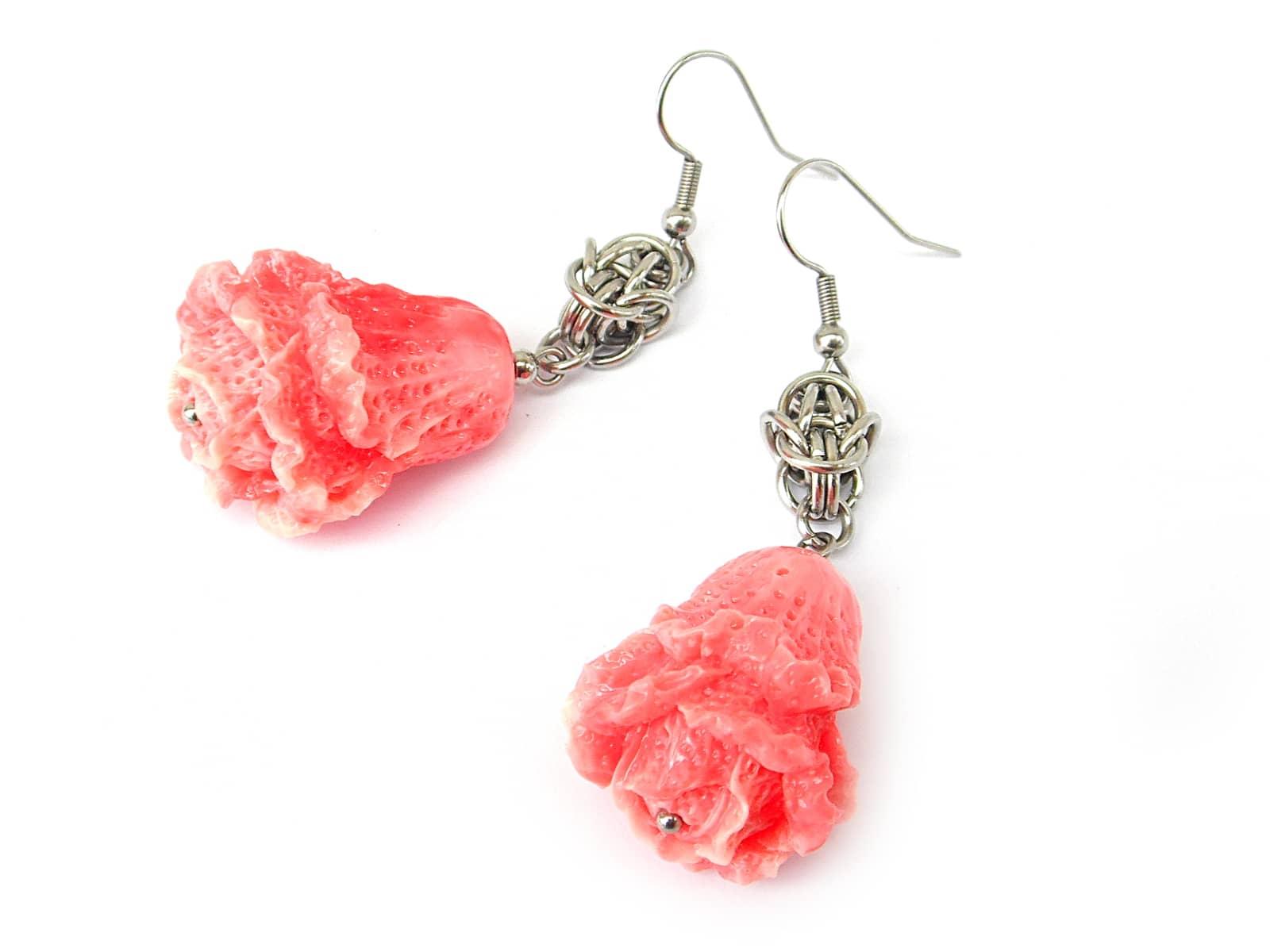 Kolczyki chainmailli z różyczkami z rzeźbionego korala