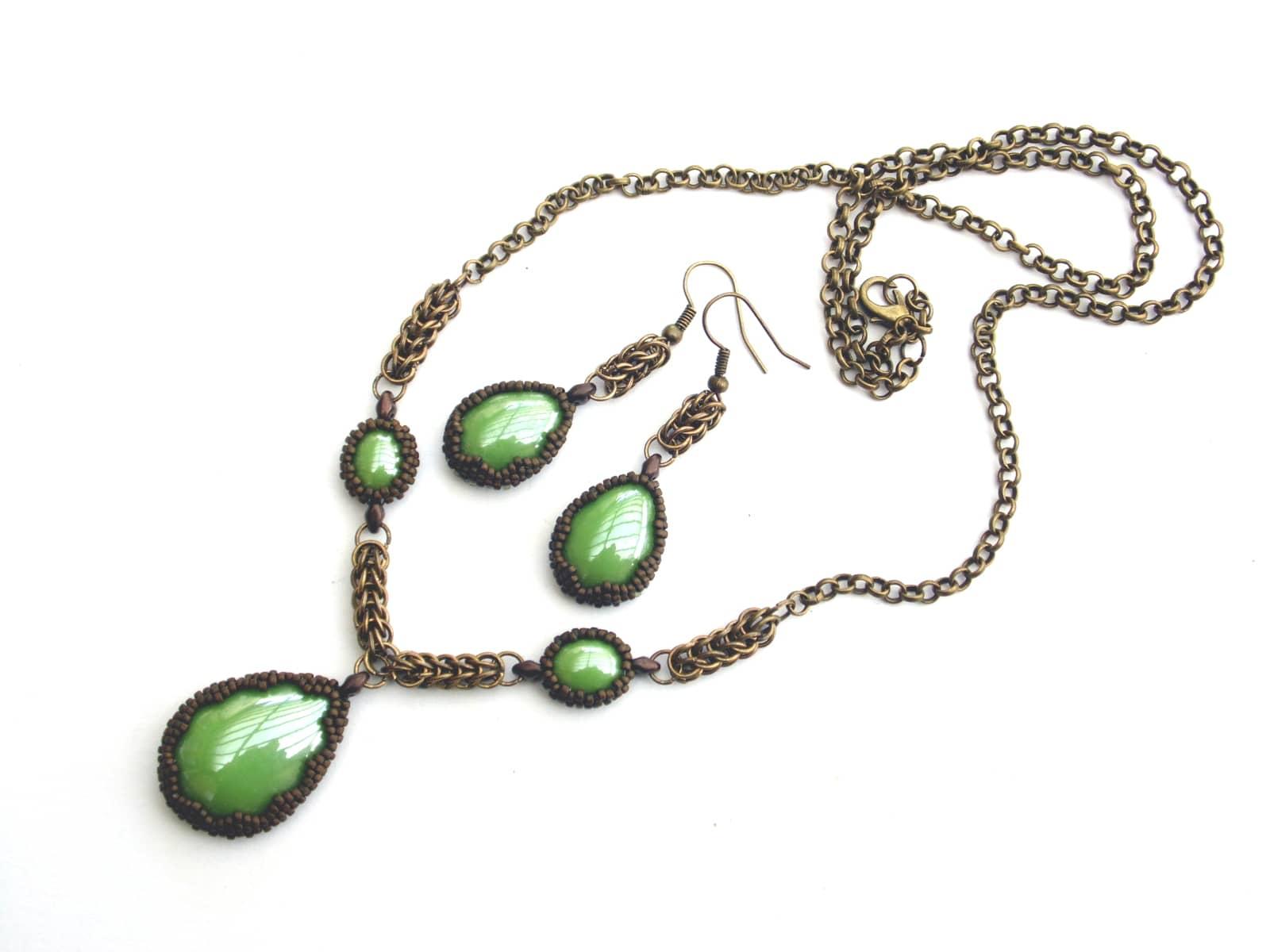 Komplet chainmaillowo-beadingowy z zielonymi ceramicznymi kaboszonami