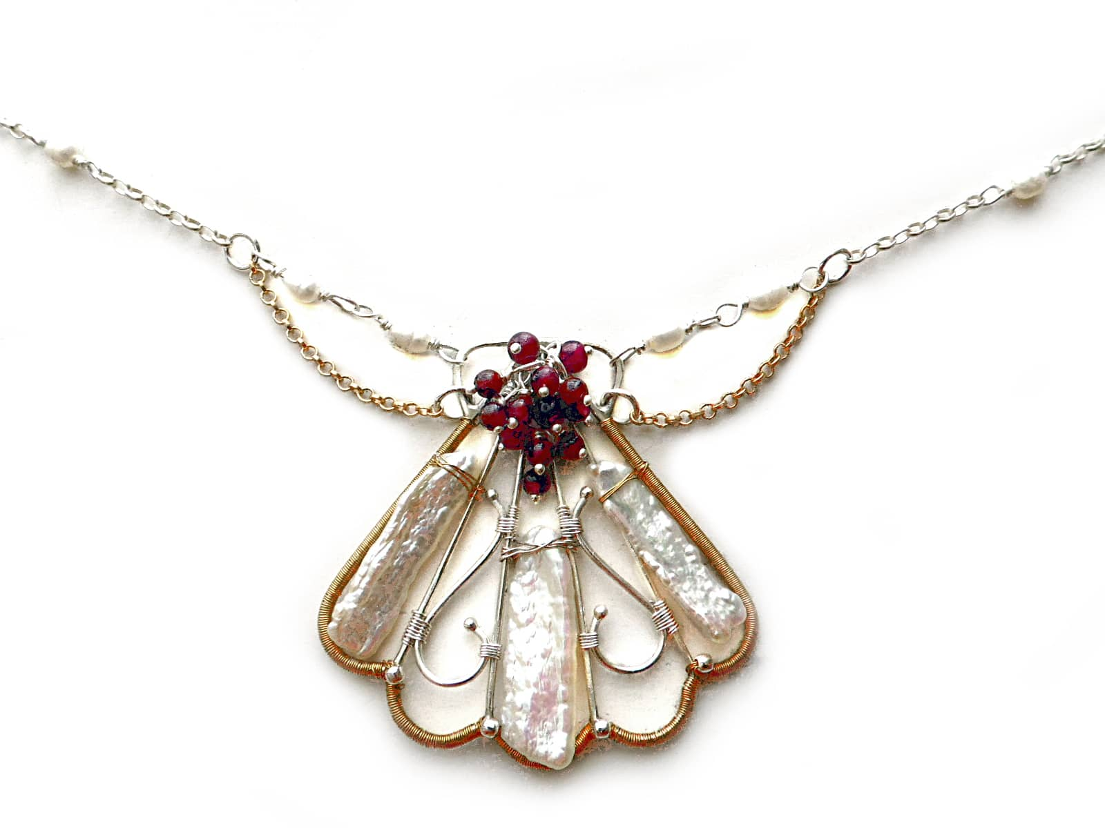 Naszyjnik wire wrapping muszla z perłami i granatami