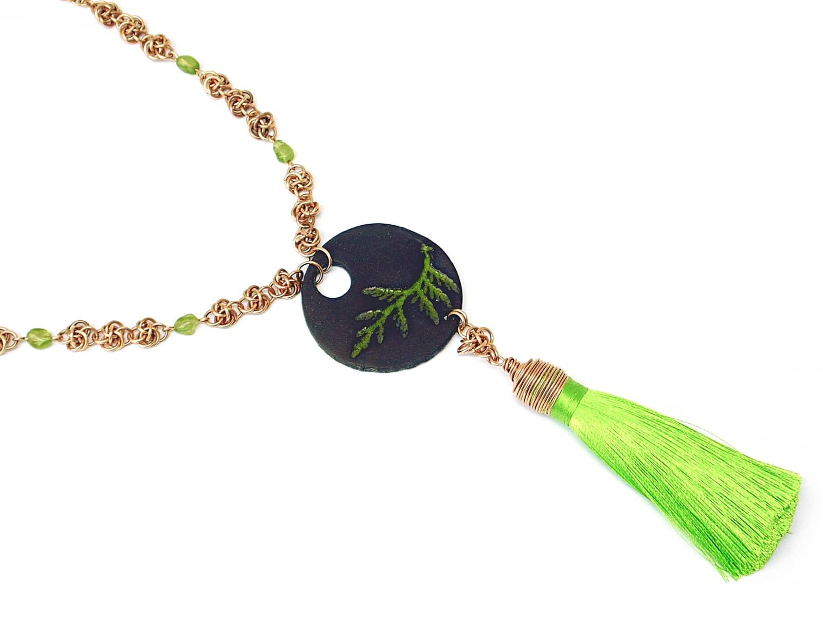 Naszyjnik chainmaille z brązu z ceramiką i seledynowym chwostem