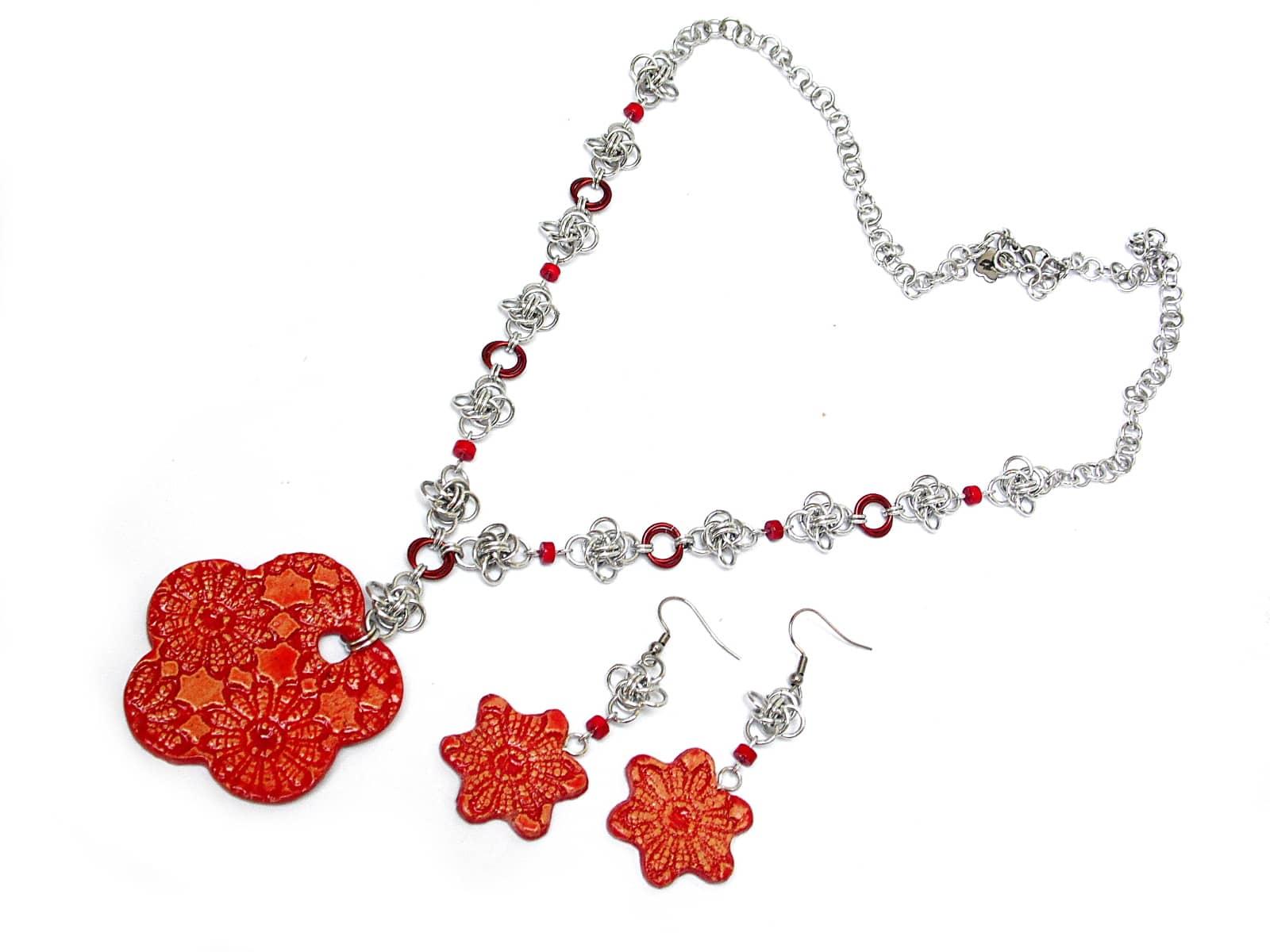Naszyjnik i kolczyki chainmaille z czerwonymi ceramicznymi kwiatkami