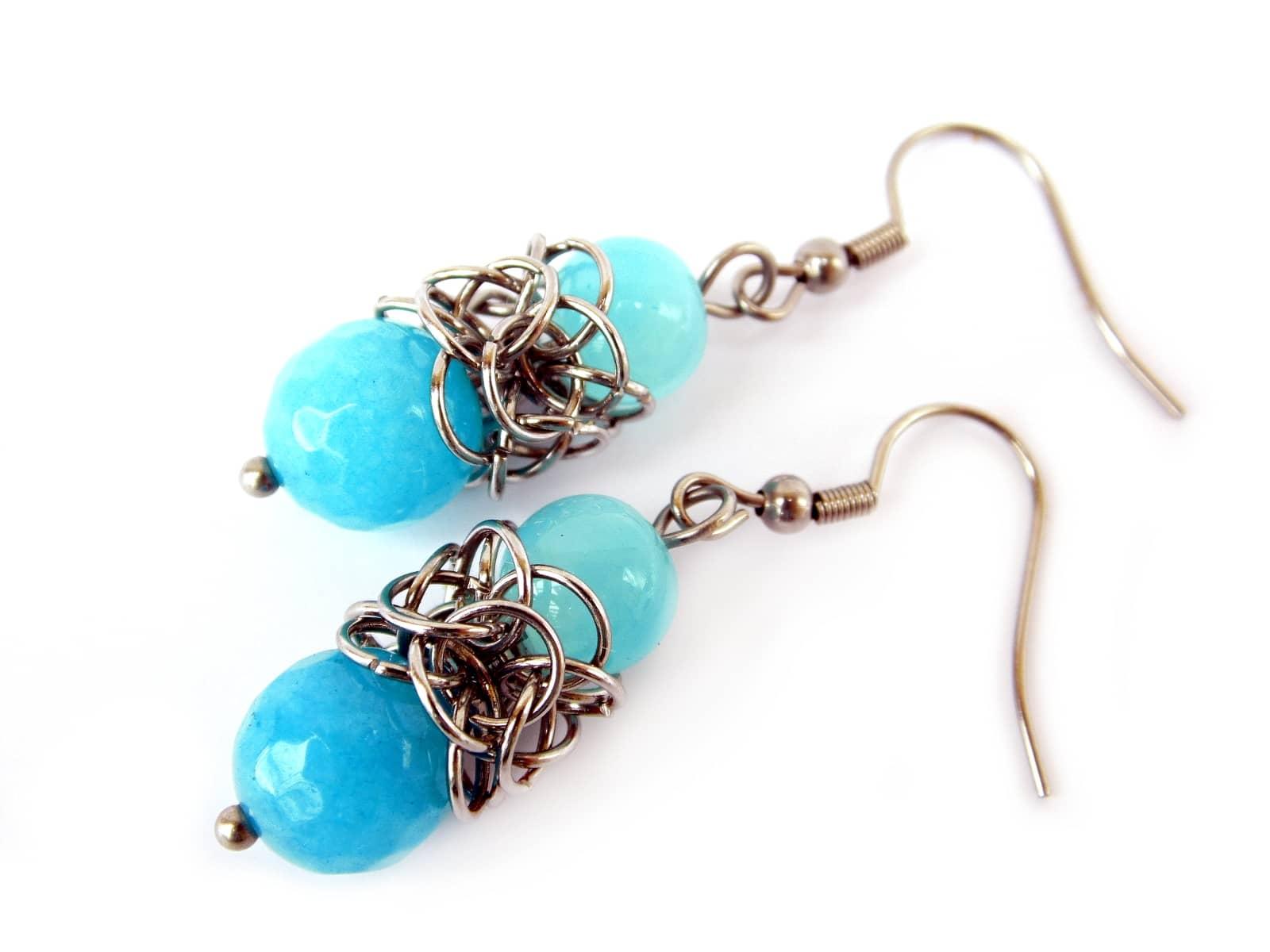 Kolczyki chainmaille z niebieskimi kamieniami