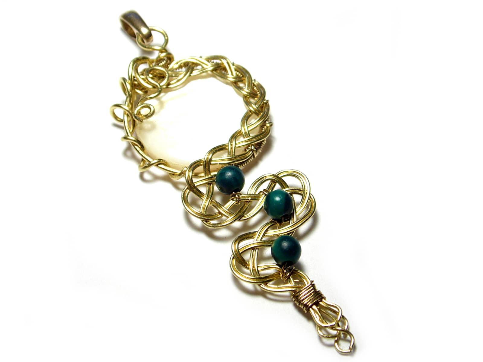 Wisiorek wire wrapping mosiężny warkocz z masą perłową i malachitami