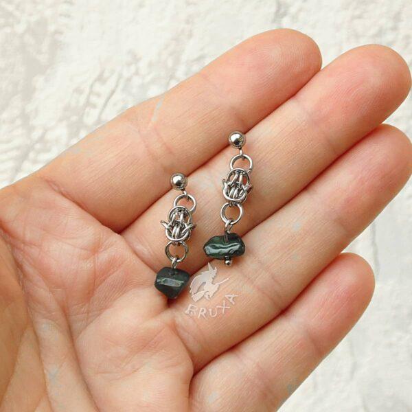 kolczyki chainmaille z kolekcji Sauvage z agatem mszystym