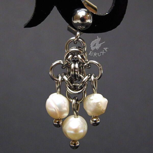 kolczyki chainmaille z kolekcji Sauvage z białymi perełkami hodowanymi