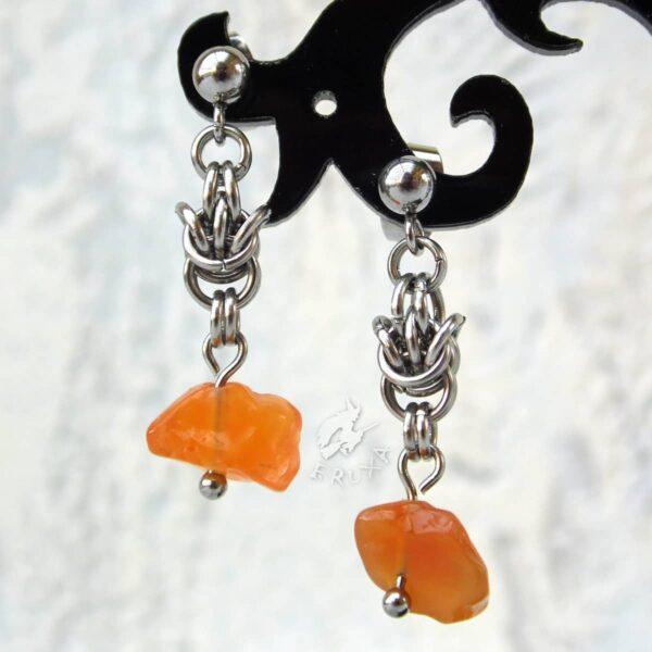 kolczyki chainmaille z kolekcji Sauvage z karneolem