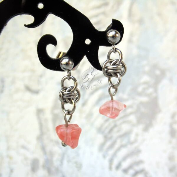 kolczyki chainmaille z kolekcji Sauvage z kwarcem wiśniowym