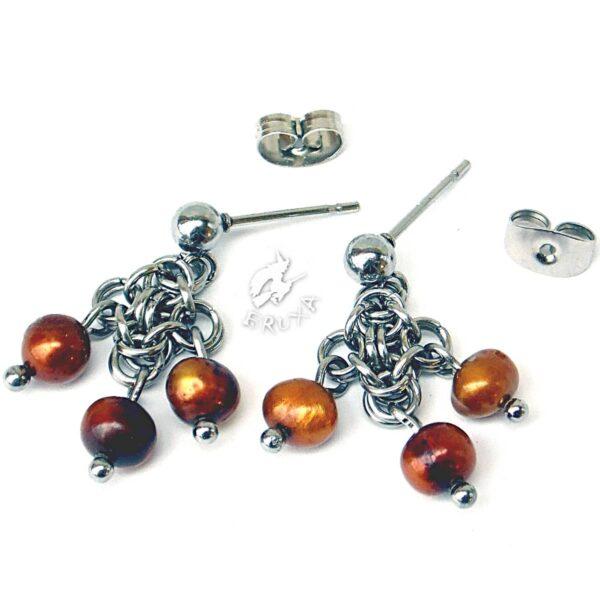 kolczyki chainmaille z kolekcji Sauvage ze złotymi perełkami