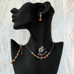 komplet biżuterii chainmaille z kolekcji Sauvage z karneolem