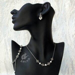 komplet biżuterii chainmaille z kolekcji Sauvage z białymi perełkami słodkowodnymi