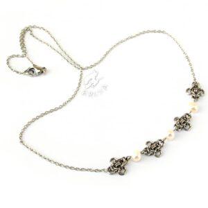 naszyjnik chainmaille z kolekcji Sauvage z białymi hodowanymi perełkami