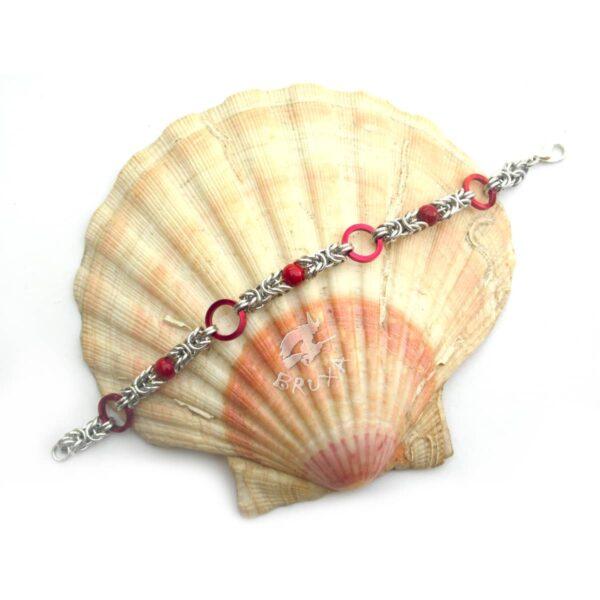 Bransoletka chainmaille w kolorach srebrnym i czerwonym