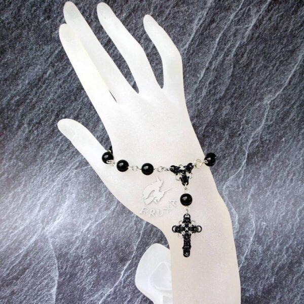 dziesiątka różańca w formie bransoletki z czarnych kamieni jubilerskich z elementami chainmaille