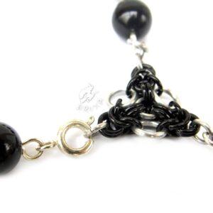 dziesiątka różańca w formie bransoletki z czarnych kamieni jubilerskich z elementami chainmaille - zbliżenie na zapięcie