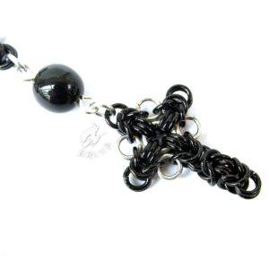 dziesiątka różańca w formie bransoletki z czarnych kamieni jubilerskich z elementami chainmaille - zbliżenie na krzyżyk