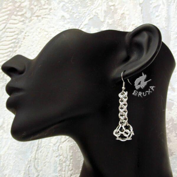 Kolczyki chainmaille w kształcie maczug w kolorze jasnego srebra z czarnym kamieniem