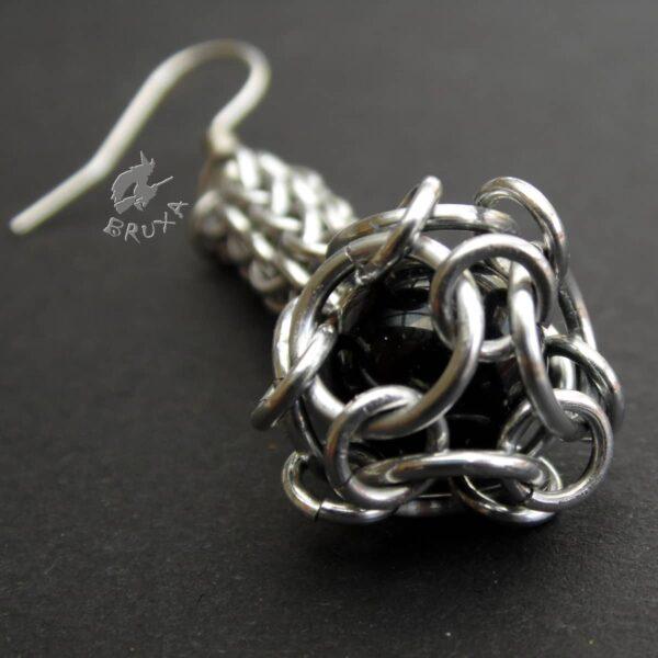Kolczyki chainmaille w kształcie maczug w kolorze jasnego srebra z czarnym kamieniem widziane od dołu
