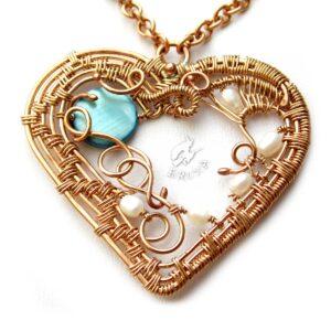 """Naszyjnik """"Secesyjne serce"""" wire-wrapping z brązu z perłami i masą perłową, zbliżenie na serce"""