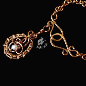 """Naszyjnik """"Secesyjne serce"""" wire-wrapping z brązu z perłami i masą perłową, zbliżenie na zapięcie"""