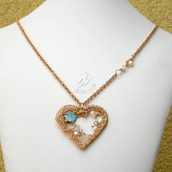"""Naszyjnik """"Secesyjne serce"""" wire-wrapping z brązu z perłami i masą perłową"""