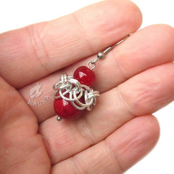 Kolczyki chainmaille Gloria z kulkami ciemno czerwonych minerałów