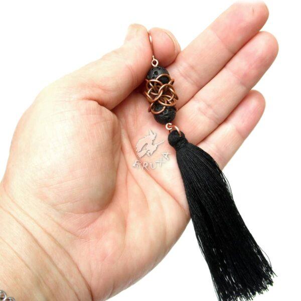 Czarne, miedziane kolczyki chainmaille Lukrecja z lawą i chwostem