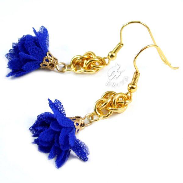Kobaltowo złote kolczyki chainmaille z tekstylnym kwiatkiem - zbliżenie na splot