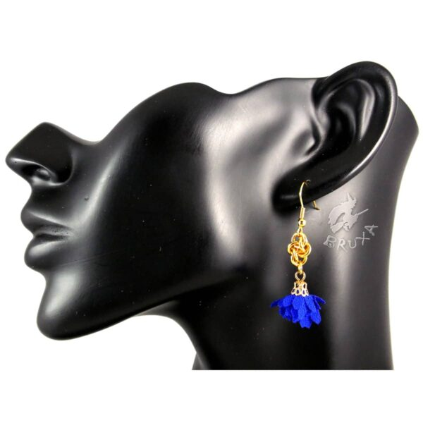 Kobaltowo złote kolczyki chainmaille z tekstylnym kwiatkiem