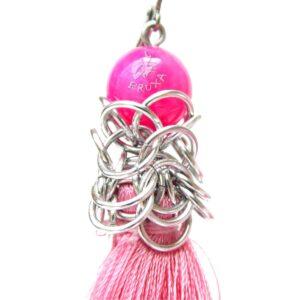 Długie różowe kolczyki chainmaille z chwostem - zbliżenie na element chainmaille
