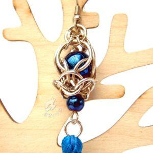 Kolczyki chainmaille z niebieskim chwostem i hematytami - zbliżenie na pleciony element
