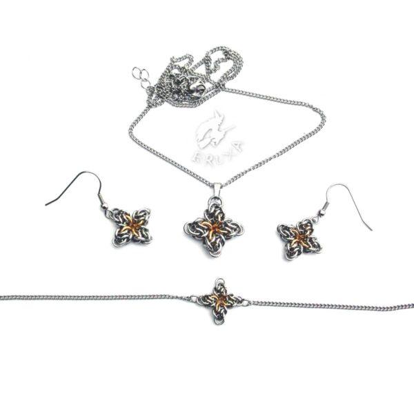 Komplet biżuterii chainmaille ze stali chirurgicznej w postaci czteroramiennych gwiazdek z pozłacanym środkiem - kolczyki, naszyjnik i bransoletka