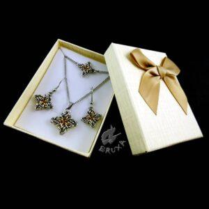 Komplet biżuterii chainmaille ze stali chirurgicznej w postaci czteroramiennych gwiazdek z pozłacanym środkiem w ozdobnym pudełku