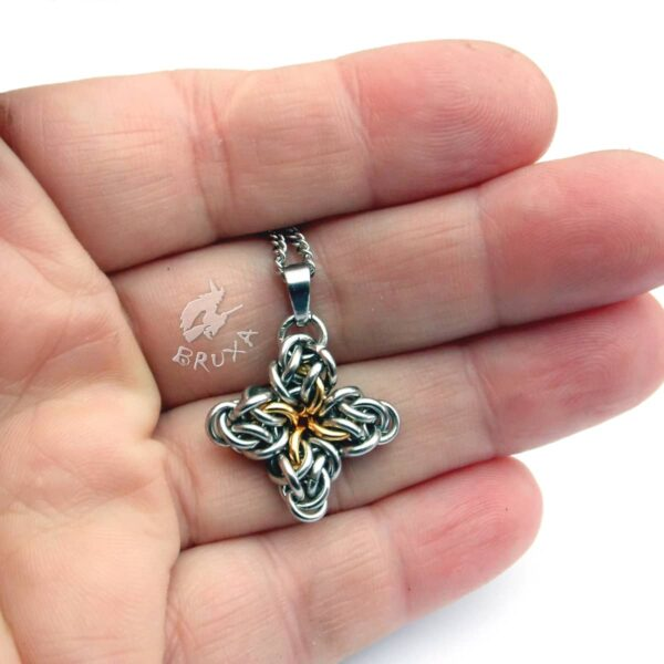 Komplet biżuterii chainmaille ze stali chirurgicznej w postaci czteroramiennych gwiazdek z pozłacanym środkiem - wisiorek